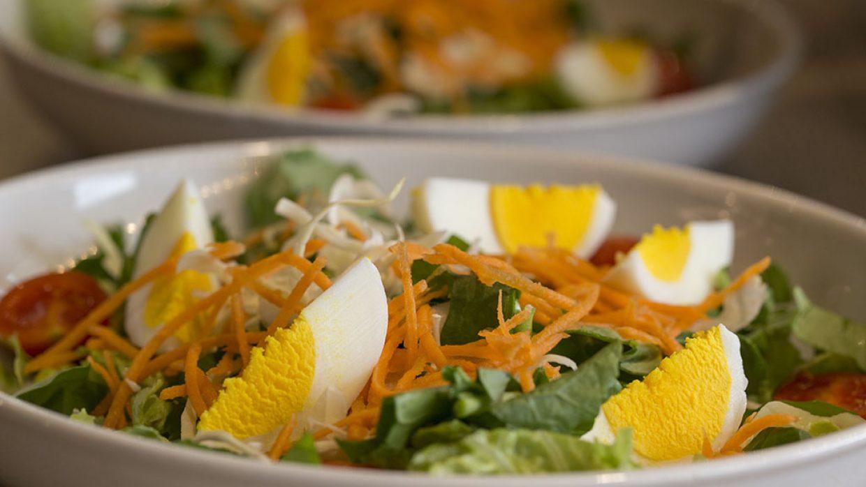 Gnocchi di patate e farro con ragu di verdure e fiori di zucca
